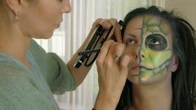 Artista de composição no trabalho que aplica a composição do Dia das Bruxas filme
