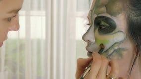 Artista de composição no trabalho que aplica a composição do Dia das Bruxas vídeos de arquivo