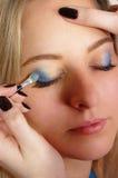 Artista de composição que aplica cosméticos Fotografia de Stock Royalty Free