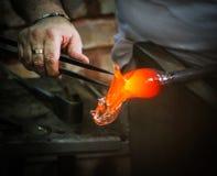 Artista de cristal en su taller que hace la cristalería Foto de archivo
