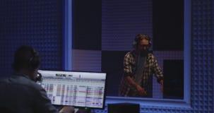 Artista de Foley que trabalha no estúdio vídeos de arquivo