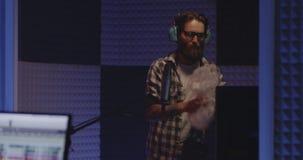 Artista de Foley que trabalha no estúdio video estoque