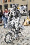 Artista de la calle con una bici Imagen de archivo libre de regalías
