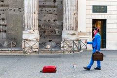 Artista de la calle en Piazza di Pietra Imágenes de archivo libres de regalías