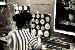Artista de la calle en pueblo de la pintura al óleo de Dafen Imagen de archivo