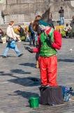 Artista de la calle en viejo Tow Square en Praga Foto de archivo libre de regalías