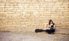 Artista de la calle que toca la guitarra Foto de archivo