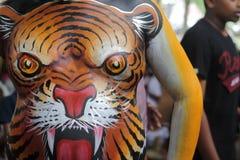 Artista de la danza del tigre que muestra la pintura del cuerpo Imagen de archivo libre de regalías