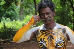 Artista de la danza del tigre que muestra la pintura del cuerpo Imagenes de archivo