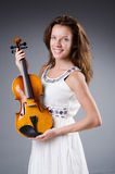 Artista de la mujer con el violín Foto de archivo libre de regalías
