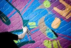 Artista de la pintada en el trabajo Foto de archivo