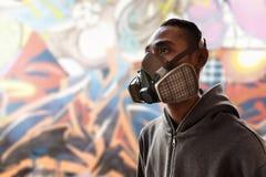 Artista de la pintada que lleva una careta antigás Fotos de archivo libres de regalías