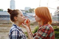 Artista de maquillaje Applying Red Lipstick en los labios Fotografía de archivo libre de regalías