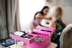 Artista de maquillaje en el trabajo  Fotografía de archivo libre de regalías