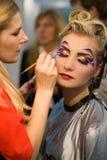 Artista de maquillaje en el trabajo Fotos de archivo libres de regalías