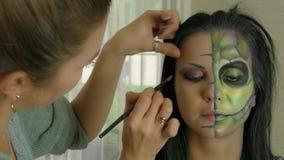 Artista de maquillaje en el trabajo que aplica el maquillaje de Halloween almacen de video