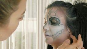 Artista de maquillaje en el trabajo que aplica el maquillaje de Halloween almacen de metraje de vídeo
