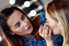 Artista de maquillaje profesional en el trabajo Fotografía de archivo libre de regalías