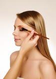 Artista de maquillaje que aplica el rimel Fotografía de archivo