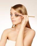 Artista de maquillaje que aplica el rimel Imagen de archivo