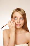 Artista de maquillaje que aplica el rimel Fotos de archivo