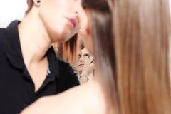 Artista de maquillaje que aplica el rimel en ojos del modelo imagen de archivo libre de regalías