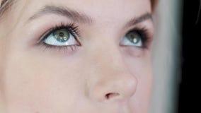 Artista de maquillaje que aplica maquillaje de la pestaña al ojo modelo del ` s Ciérrese encima de la visión almacen de metraje de vídeo