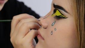 Artista de maquillaje que hace maquillaje cómico profesional del arte pop Maquillaje de la historieta divertida o de la historiet metrajes