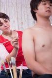 Artista de maquillaje que pinta al muchacho asiático Fotografía de archivo libre de regalías
