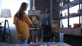 Artista de sexo femenino asiático joven que crea una pintura almacen de video