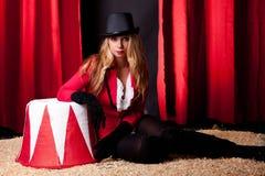 Artista de sexo femenino atractivo del circo Foto de archivo libre de regalías