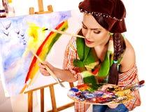 Artista de sexo femenino en el trabajo. Imagenes de archivo