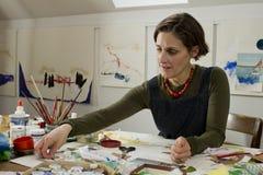 Artista de sexo femenino en su estudio Foto de archivo libre de regalías