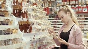 Artista de sexo femenino en tienda del arte almacen de video
