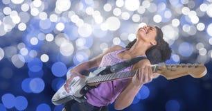 Artista de sexo femenino feliz de la música que toca la guitarra sobre bokeh fotografía de archivo libre de regalías
