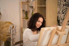 Artista de sexo femenino feliz y del beatifull que dibuja la imagen Foto de archivo
