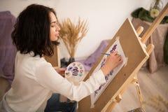 Artista de sexo femenino feliz y del beatifull que dibuja la imagen r Fotografía de archivo libre de regalías