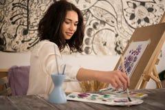Artista de sexo femenino feliz y del beatifull que dibuja la imagen r Imágenes de archivo libres de regalías