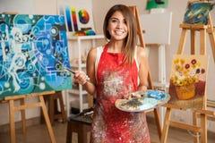 Artista de sexo femenino hermoso en su estudio Fotografía de archivo