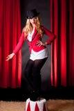 Artista de sexo femenino joven y atractivo del circo Imágenes de archivo libres de regalías