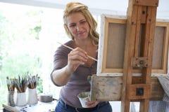 Artista de sexo femenino Working In Studio Foto de archivo libre de regalías