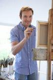 Artista de sexo masculino Painting In Studio Imagen de archivo