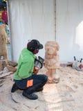 Artista de talla de madera en el trabajo Imagenes de archivo