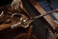 Artista de vidro em sua oficina que faz produtos vidreiros fotografia de stock royalty free