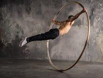 Artista del circo in ruota del aCyr Fotografie Stock Libere da Diritti