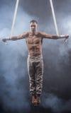 Artista del circo sull'uomo aereo delle cinghie Immagini Stock