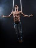 Artista del circo sull'uomo aereo delle cinghie Fotografia Stock Libera da Diritti