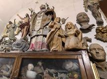 Artista del estudio con las estatuas y las esculturas fotos de archivo