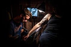 Artista del maschio del tatuaggio fotografia stock libera da diritti