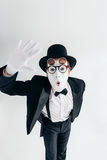 Artista del mimo della commedia in vetri e nella maschera di trucco immagini stock